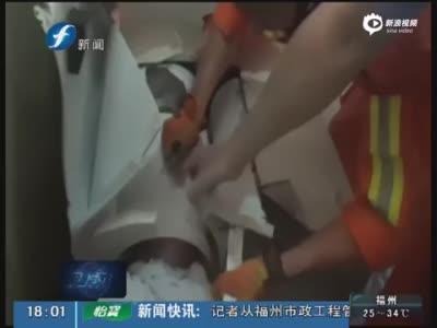 实拍男子查看洗衣机滚筒遇意外 头部被死死卡住