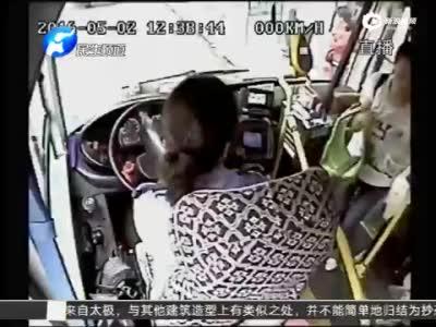 监控男女公交车大尺度秀恩爱 乘客:真没素质