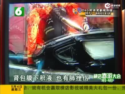 监拍越野车遭货车碾压严重变形 2乘客侥幸生还