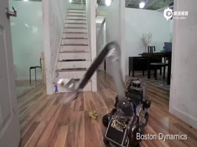 实拍机器狗踩到香蕉皮摔个大跟头 自己爬起来