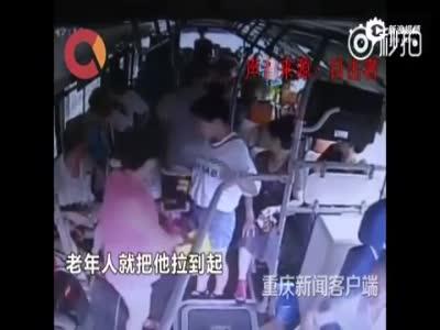 监拍男子公交车上插队遭制止 态度嚣张狠踹老人