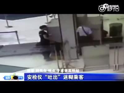 监拍男子赶高铁 连人带包一头钻进安检仪