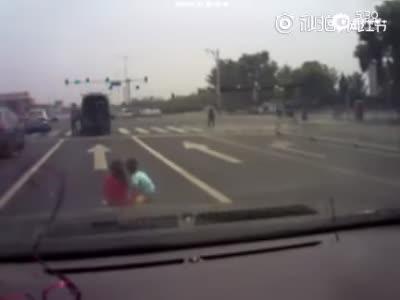 实拍惊险一幕 3个孩子从后备箱掉下车