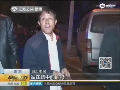 男子过马路玩手机 遭两辆车接连碾压身亡