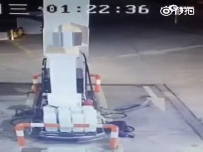 监拍加油站一车主开车猛撞加油员 疑因口角冲突