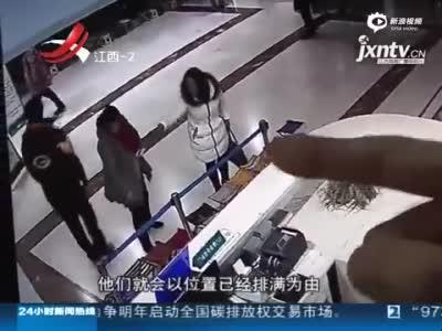 监控:大连病人与女号贩子争论 遭多人抡凳殴打