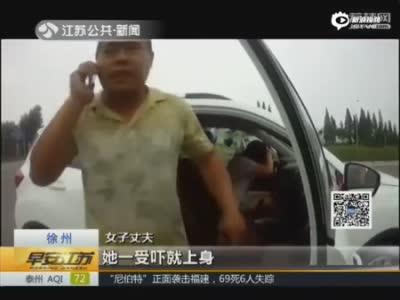 """实拍女子无证驾驶被查 又哭又叫演""""鬼上身"""""""