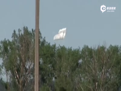 实拍北约士兵空降训练伞没打开 空中极速下落