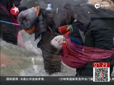 实拍千余难民拉绳渡河进入马其顿 已有3人淹死