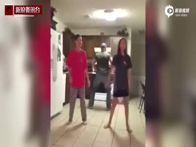 实拍两姐妹在厨房热舞 老爸偷偷加入成功抢镜