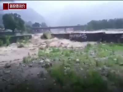 尼泊尔洪水势猛 围观群众四下逃窜