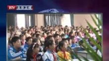 新浪科技讯 1月14日上午消息,2008年度中国游戏产业年会于今日在青岛召开,本次会议为期3天。该活动是中国游戏产业规格层次最高、参会人数最多、产业链最为齐全,也是新闻报道最广的年度盛会。   新浪网作为本次会议首席媒体合作伙伴全程直播本次大会。   视频为蓝港在线王峰专访。    以下为专访文字实录:   主持人马全智:很高兴请到王总来接受新浪的专访,王总欢迎您。您也是游戏年会老客人了,这次过来主要跟大家分享蓝港在线的哪些方面一些最新的产品跟最新的理念呢?   王峰:非常高兴能再次接受新浪科技的连线采访,我们又有机会能在游戏产业年会上见面。   我今天看到了很多好的公司他们的介绍,包括他们一些动态,这次蛮感悟的。作为蓝港在线,我们是07年起步的,过去我们一直在讲07起步,08发展,09腾飞,所以我们09年应该到了关键的一年。应该来讲,在过去这两年里,我们做了大量关于产品方面的准备。因为网络游戏终究还是一个产品为王的这么一个商业模式,所以一家好的公司需要源源不断好的产品。   那么我们蛮庆幸在这两年时间里面,我们连续获得了两三家公司的两笔的过千万的美金的投资,尤其在去年5月份,我们获得了两个投资机构给的2500万美金的投资,应该来讲蓝港现在的资金实力是很充裕的,我们帐上有过亿的人民币的现金储备。另外在这两年我们很早的就开始打基础,除了代理游戏以外,我们也在做自由研发,比如说我们在07年就立项的西游记,以及我们在07年年底开始投入的佣兵天下,我想这两款游戏都会在09年比较顺利的发布出来。那这也是蓝港从公司成立以来,在产品方面,我想应该09年会有好的表现的一年。   09年重点的项目我们会在三款游戏,一个是问鼎,因为有很好的基础,因为它的研发上,这个是代理的游戏,那么它过去成功的研发和运营了问道,所以问鼎这款游戏一直倍受玩家的期待,也倍受业内同行的关注。那么我们自由研发两款游戏,我想今年一定要拿出来见人了,这两款游戏来讲的话,我们每一个项目投入的人员都在70人以上。我看了一下在国内的游戏研发公司,在单一产品上能有这样投入的公司不是很多,尽管我也看了有两三百家游戏公司的产品和公司在出来,但是我刚才仔细翻了一下册子,我想像蓝港这样的投入很多的钱,而且起步起点比较高的公司,其实是不多的。所以我想在09年的话,就是说我们要顺利的把这个作品发布出去,给自己争口气,也给我们同行包括还有有致力于在这个行业发展的年轻人,我想给他们一些动力。   主持人:然后我们知道蓝港自主研发也是很重要的一块,昨天版属的官员也跟媒体交流的时候,透露出一个重要的信号,就09年他们认为,自主原创的作品可能会是整个产业最大的一个看点,然后您觉得从主管部门出来这些信号,可能对企业会带来哪些引导跟帮助呢,结合蓝港的情况请您谈一谈。   王峰:是,我想的话,我每年听到主管部门的报告,我都觉得就是说,主管部门在行业规范自律以及在市场化的引导的方面,一直在给我们提很多好的想法,像今年的话,主管部门报告了游戏产业的成长,比如说08年其实已经过了180多亿。在这个报告里我注意到,连续几年的市场的增量,其实都超出这些各大市场公司他们调查的预期。那么另外一点,我们也看到了原创产品的发力的一个时代,就是说原创游戏在国内比例占到了大半了吧,应该占到了6成以上的销售额,同时在海外我们注意到非常多好的产品已经走到了,不只台湾香港,还走到了像欧美国家,包括俄罗斯这样一些地方。所以我想的话,这证明了一点,我们所给自己制定的战略规划是正确的,就是说,同时在代理发行以及同时做自由研发,那么早期以代理发行作为一个发展成熟的一个阶段,长期来讲,用研发来作为公司的核心竞争力,来掌握更多的市场主动,我想的话,这一点上我们看到了版属的观点,跟我们作为一个企业来讲,观点是吻合的。   主持人:然后在企业角度,您觉得这几年网游监管力度,有关部门的监管力度怎么样,可能比如说还没有,有没有地方可以给他们提提建议,希望得到更大的支援和帮助?   王峰:是,我想的话,如果我们真的很在惜自己的行业,我们应该作为公司,作为制作单位来讲,我们要有个很好的自律,比如说我们原创游戏是不是能做更多绿色的那些内容,少去利用一些比较低级庸俗的内容来招引玩家,事实上网民的层次已经分散了,越来越分散了,我想整个中国的是一个蛮在意传统文化这么一个国度,所以我们有很好的东西可以把它移植到游戏上来,用不了一定做低俗的方式来拉拢玩家喜欢的游戏,所以在这一点上,我想的话,版属也好,企业也好,双方应该是共同处理的,我特别讲,比如说我在讲很多次问鼎,问鼎基于一个历史文化的题材,把上下五千年的历史包括战争,包括人物,集中到一款游戏里面玩,看起来比较搞笑,比如说刘文昌可能会遇到什么春秋战国时期的人物,但是实际上他很好的把中国历史的元素,把史记,包括一些近代史的