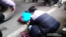又一车祸,水泥搅拌车撞到80老太,导致右脚当场短掉!!(来自拍客手机客户端 下载地址:http://video.sina.com.cn/app/sinapaike.html)