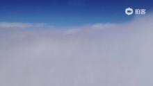 20130127飞机穿过云层(来自拍客手机客户端 下载地址:http://video.sina.com.cn/app/sinapaike.html)