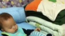 大家小年快乐!儿子完全无视玩具小鸭子,哈哈!D172(来自拍客手机客户端 下载地址:http://video.sina.com.cn/app/sinapaike.html)