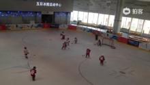 小冰球手有模有样,也就五六岁的样子,个个技术出众、勇敢。我要是有个小儿子也让他来,冲!!!(来自拍客手机客户端 下载地址:http://video.sina.com.cn/app/sinapaike.html)