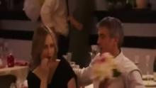 """新浪娱乐讯 53岁的乔治·克鲁尼,身兼演员、导演、制片人、作家等众多头衔,是不少女粉丝心中的男神。然而,男神终究还是要 """"嫁人""""的。意大利威尼斯当地时间2014年9月26日,乔治-克鲁尼与未婚妻、36岁美女律师阿迈勒-阿拉姆丁大婚之前现身,似乎是在举办婚前晚宴。当晚,阿拉姆丁身穿火红色长裙性感魅惑,乔治-克鲁尼则与一票好友在船上举杯共饮,心情大好。据称两人将于今日大婚,预计邀请60名宾客前往,马特·达蒙、辛迪·克劳馥夫妇、女星艾伦·芭金等都是座上宾。有意思的是,克鲁尼婚讯爆出后,其拍摄情色片的前女友金格扬言大婚之日要来砸场。而世界各地记者已经涌入水城,试图追踪这场豪华婚礼。 TUNGSTAR/视频"""