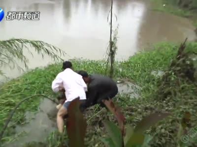 突发!暴雨中 驻马店女子送儿上学 落水后溺亡!