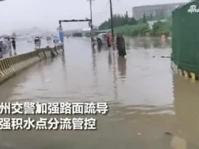 """郑州多条道路成""""海"""",这些""""摆渡人""""现身街头深水中"""