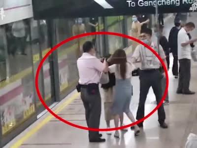 上海蓝村路地铁站内两女子因口角扯头发互踢,民警已介入