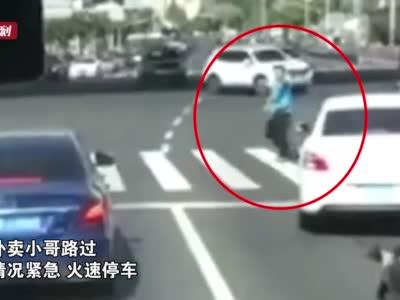 上海一外卖小哥霸气指挥交通 打开生命救援通道
