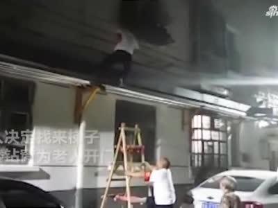 郑州89岁独居老人被锁门外 热心人爬楼钻窗为其解围