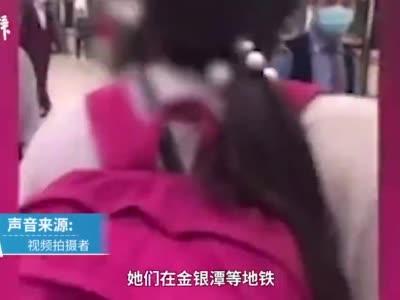 女孩在地铁站疑似连踹其母,路人劝阻也被打