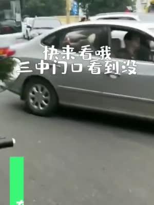 突发!四川南充一客车红绿灯口侧翻 路人砸窗救人