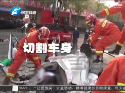 """安阳大货车侧翻 轿车被""""重伤"""""""