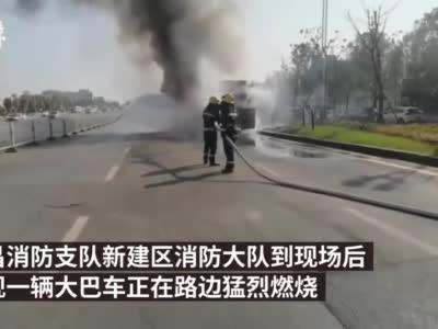 大巴被开往报废处理场路上自燃,火苗腾起数米