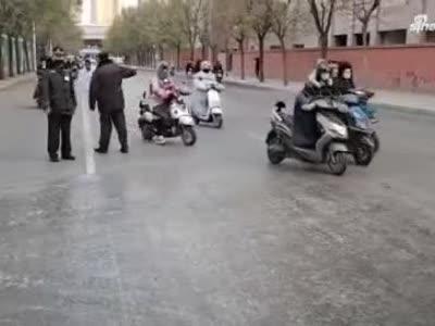 滑、滑、滑……#郑州#金水区#冰带频繁绊倒电动车#