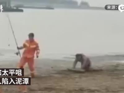 男子洞庭湖边钓鱼不慎被困泥潭,被救时不忘收鱼竿