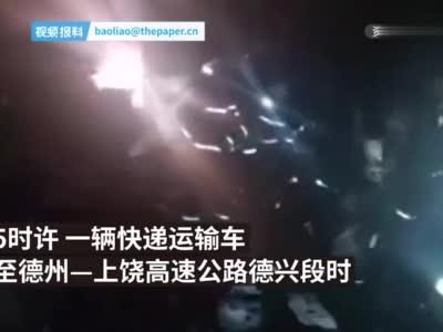 快递运输车突起大火,8000余件包裹被烧毁