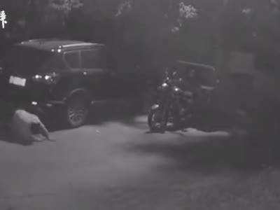 杭州一女子深夜爬行,目击者:疑似醉酒落水,警察带走了