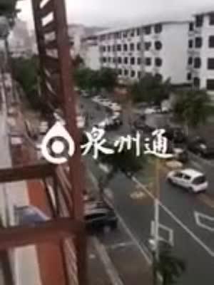 泉州一司机被压车底 路过市民合力抬小车救人