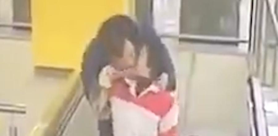 辣眼睛!30岁左右男子地铁站反手杀强吻保洁阿姨