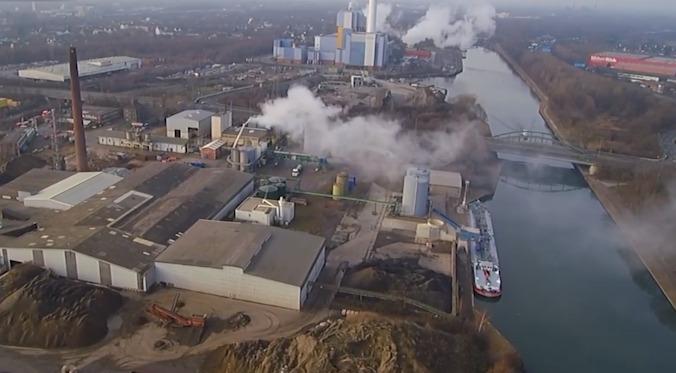 航拍:德国化工厂泄露 酸性物质弥散空中