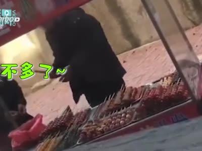 长春一糖葫芦小贩用唾液沾芝麻被拍下